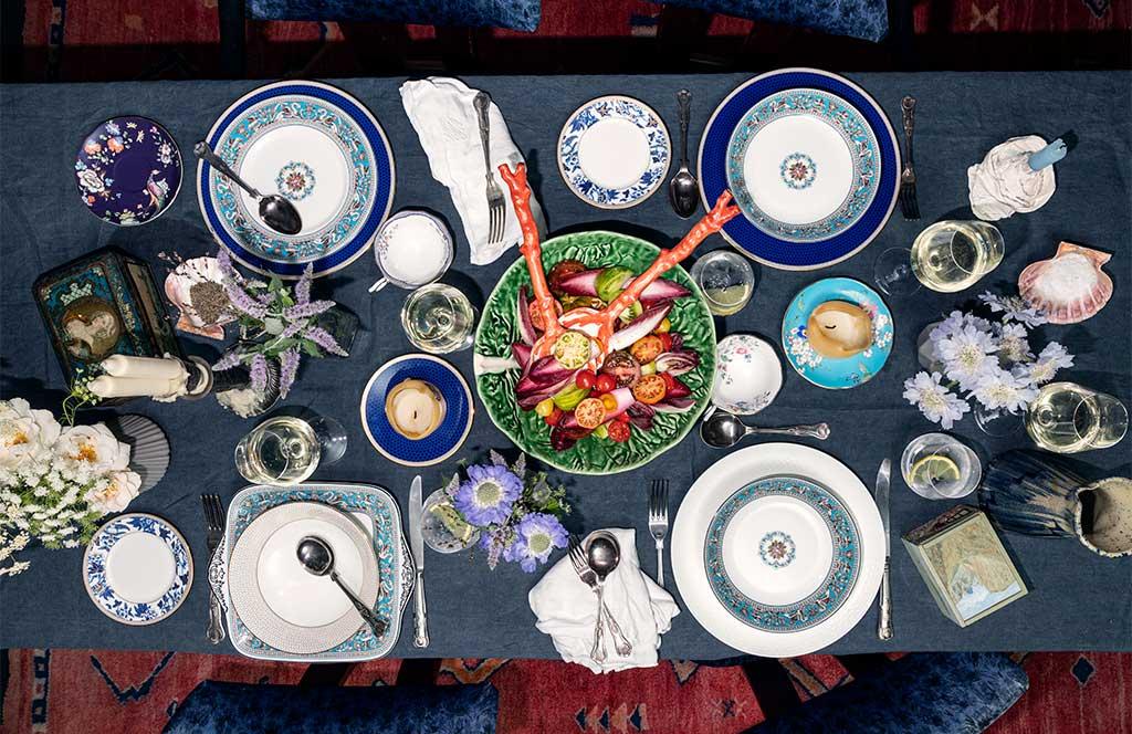 tavola apparecchiata con blu