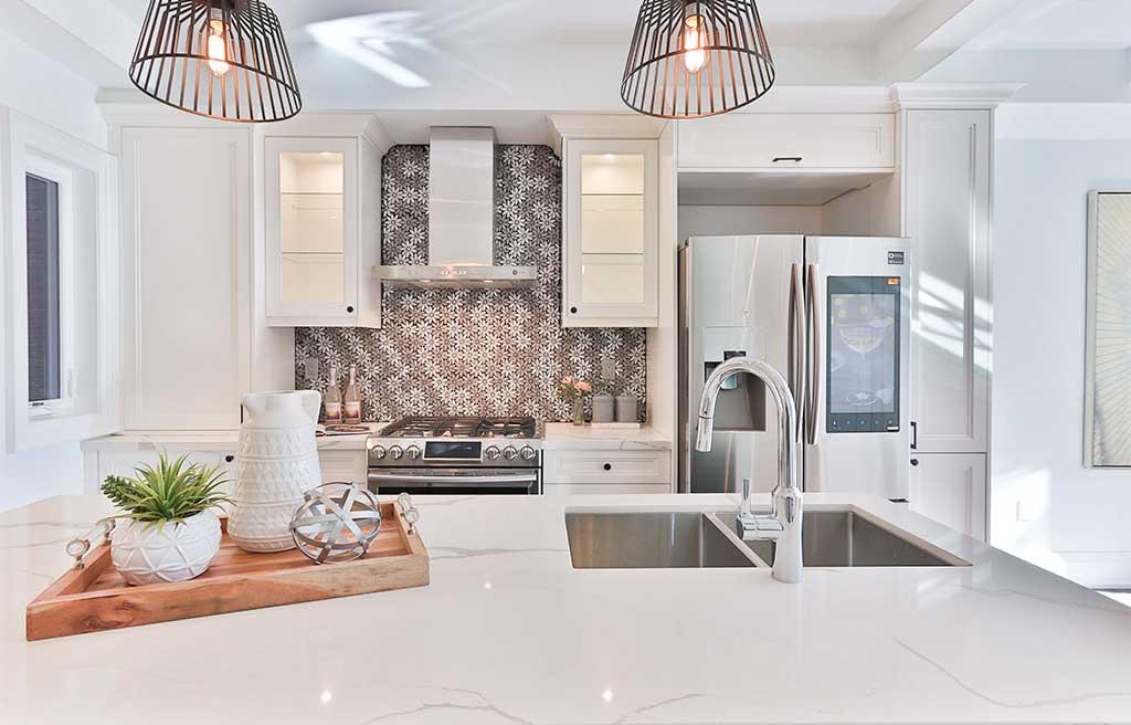 cucina bianco top effetto marmo