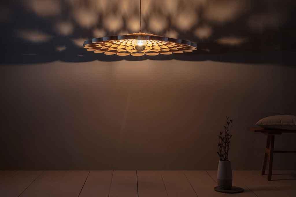 lampadario legno acceso ombre