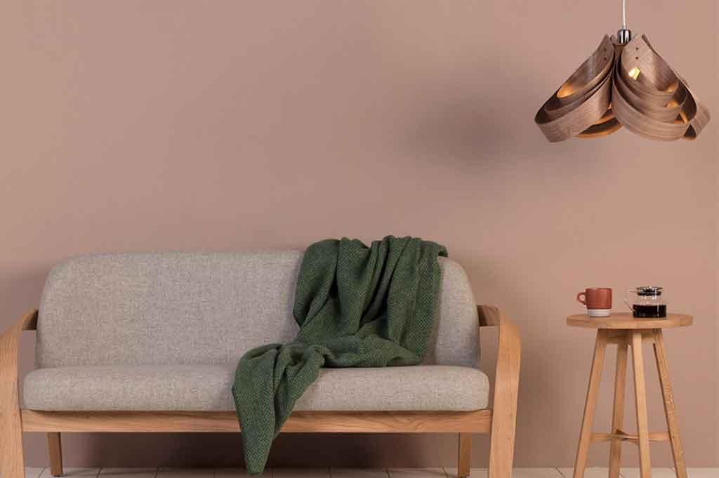 lampadario legno e sofa legno