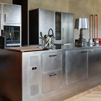ambientazione cucina isola acciaio