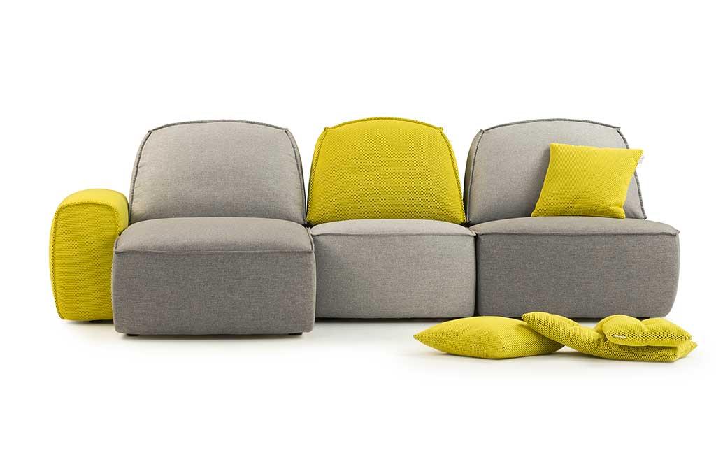 divano grigio e giallo