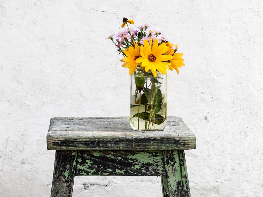 vaso fiori sgabello legno scrostato