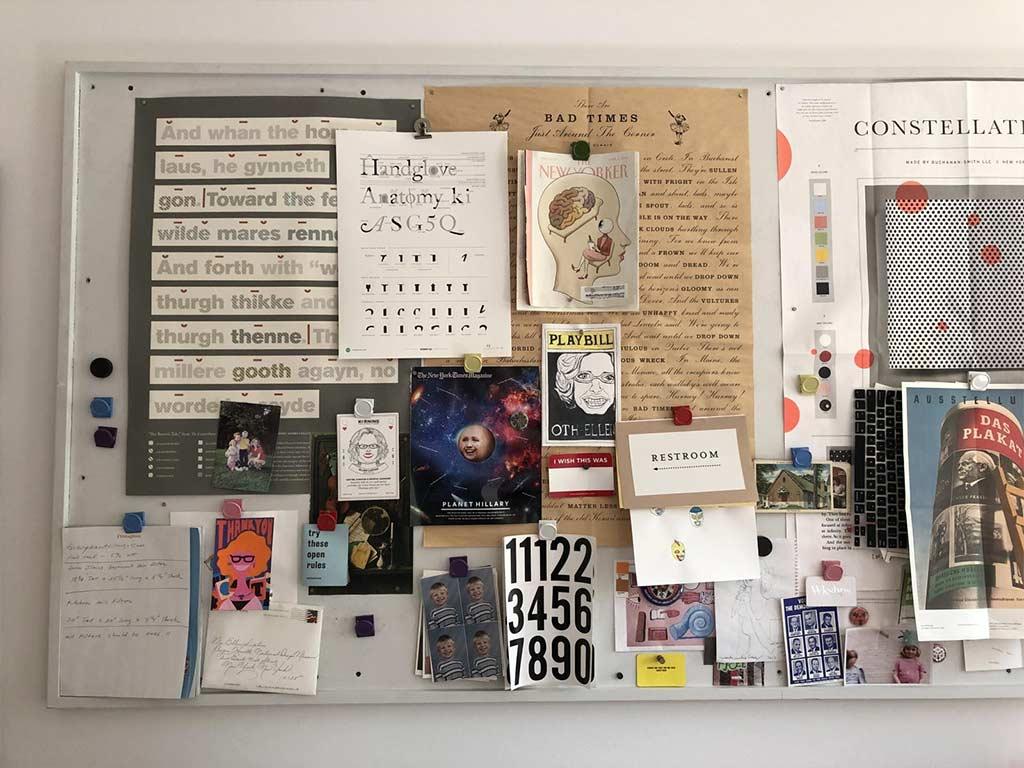 bacheca con appunti e cartoline