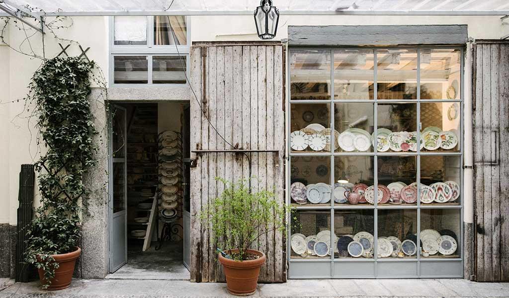 Esterno bottega ceramiche cortile