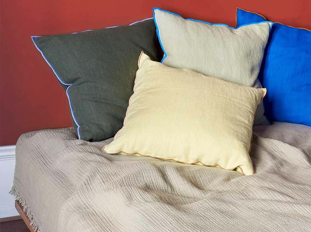 cuscini colorati letto