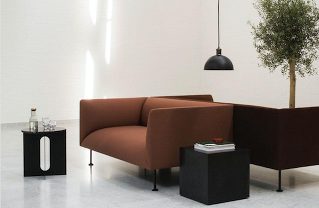 divano marrone scandinavo