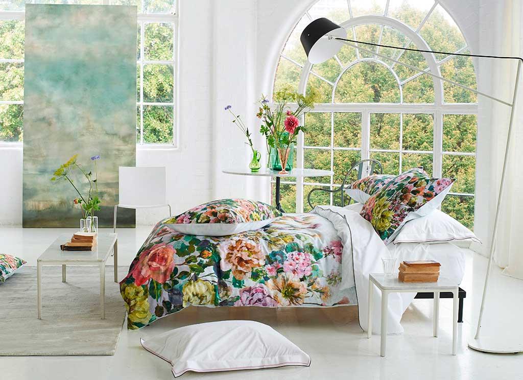 biancheria letto fiori e bianco