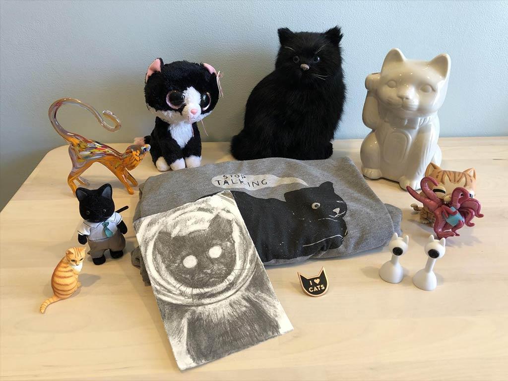 collezione oggetti con gatti