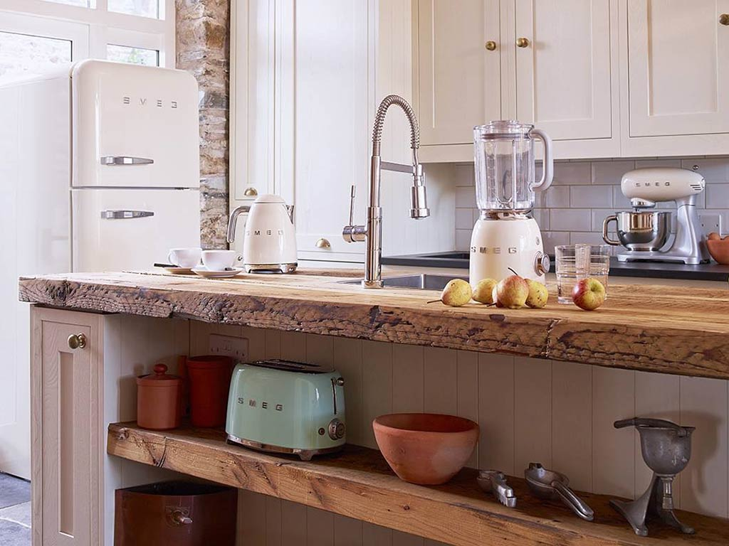 cucina con frigorifero e piccoli elettrodomestici