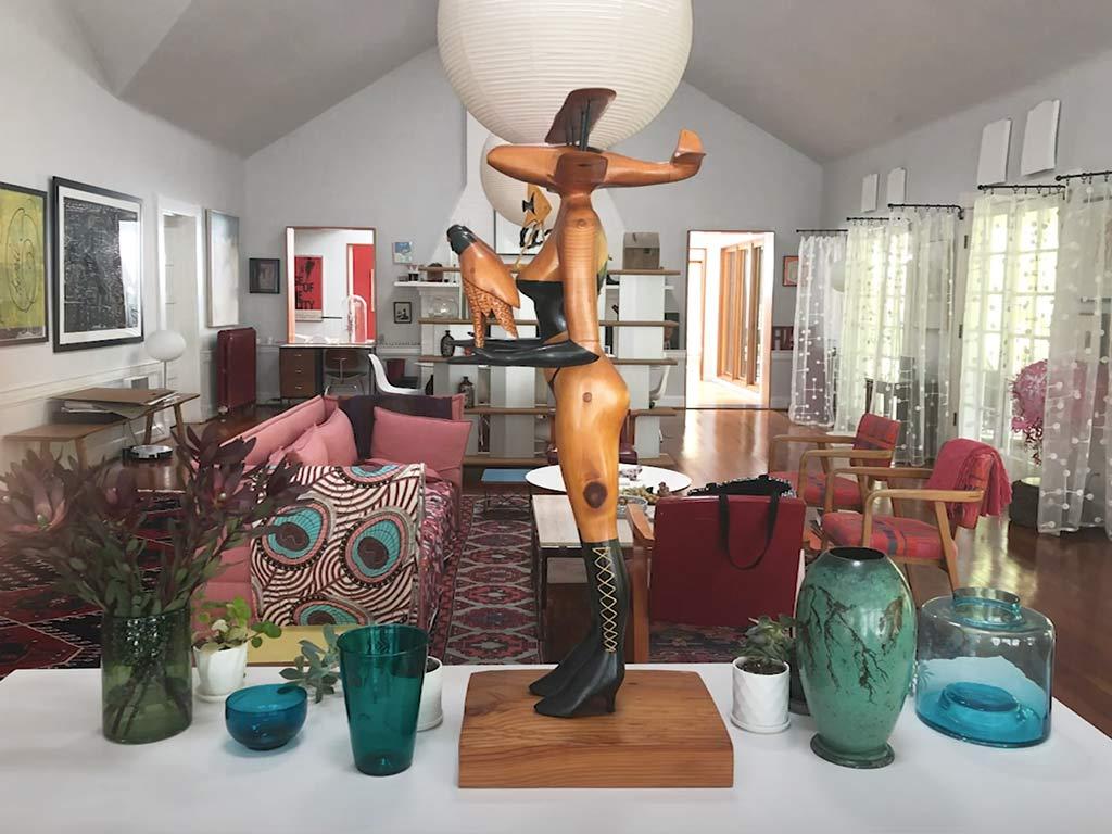 esposizione vasi e bicchieri in soggiorno