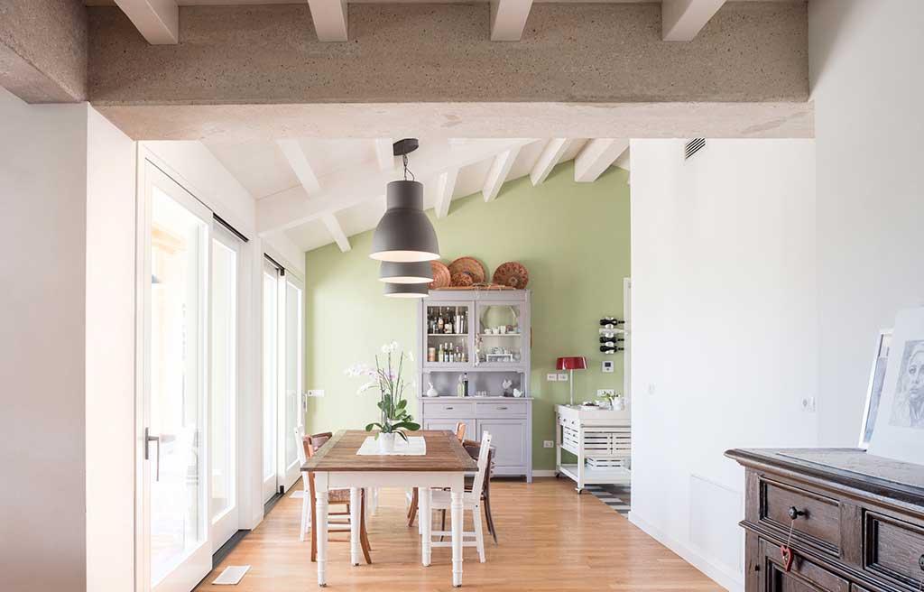 cucina con tetto spiovente vista