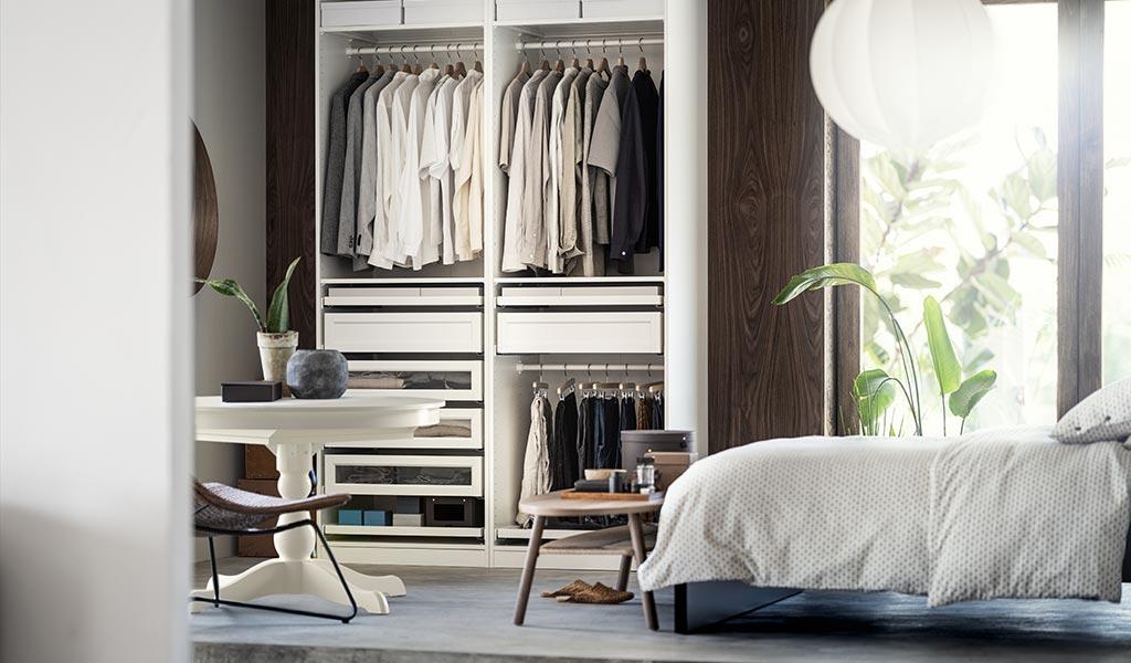 camera da letto con armadio bianco