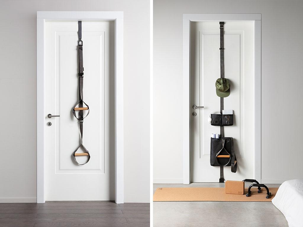 attrezzi allenamento e organizer fissati alla porta
