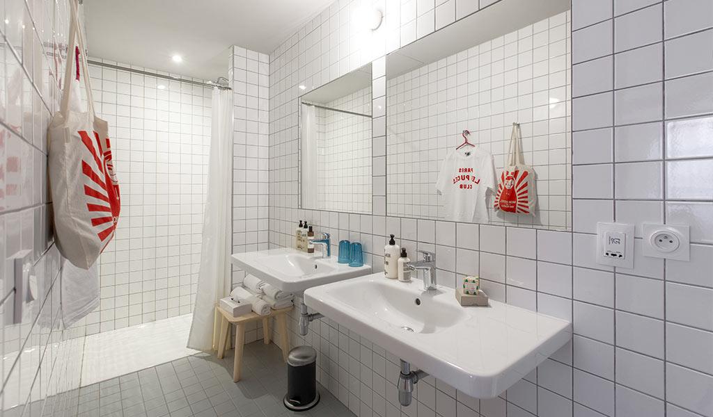 bagno bianco con doppio lavabo