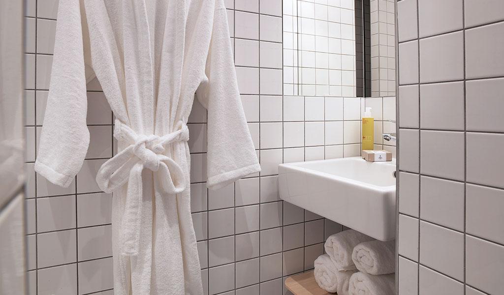 bagno piccolo con nicchia per lavabo