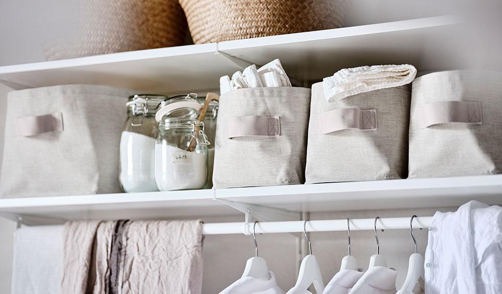 dettaglio armadio ceste tessuto beige