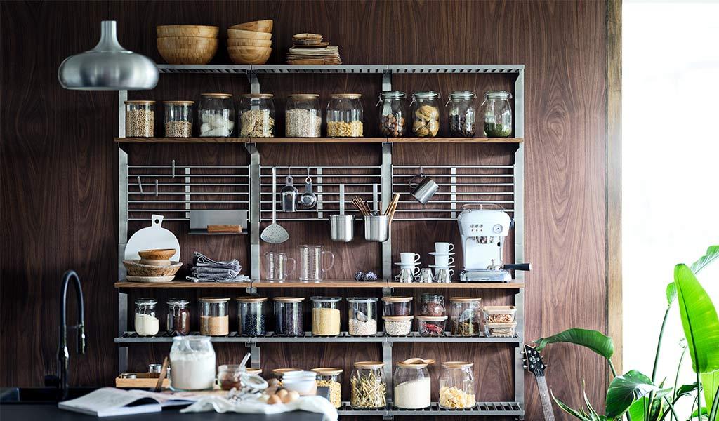 cucina con dispensa a vista
