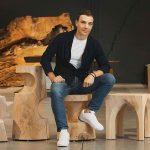 Giovanni Tomassini designer con sgabelli legno