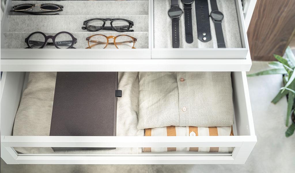 cassetto con occhiali orologi e camicie
