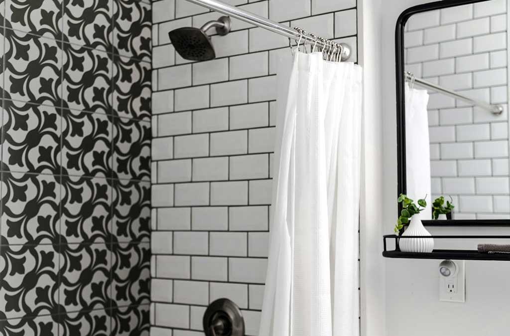 piastrelle bianche rettangolari doccia