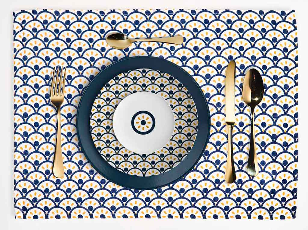 piatti e tovaglietta geometria disegno