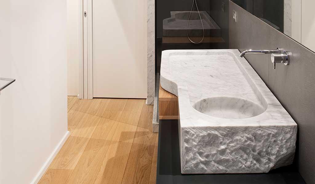 rubinetto parete lavabo pietra