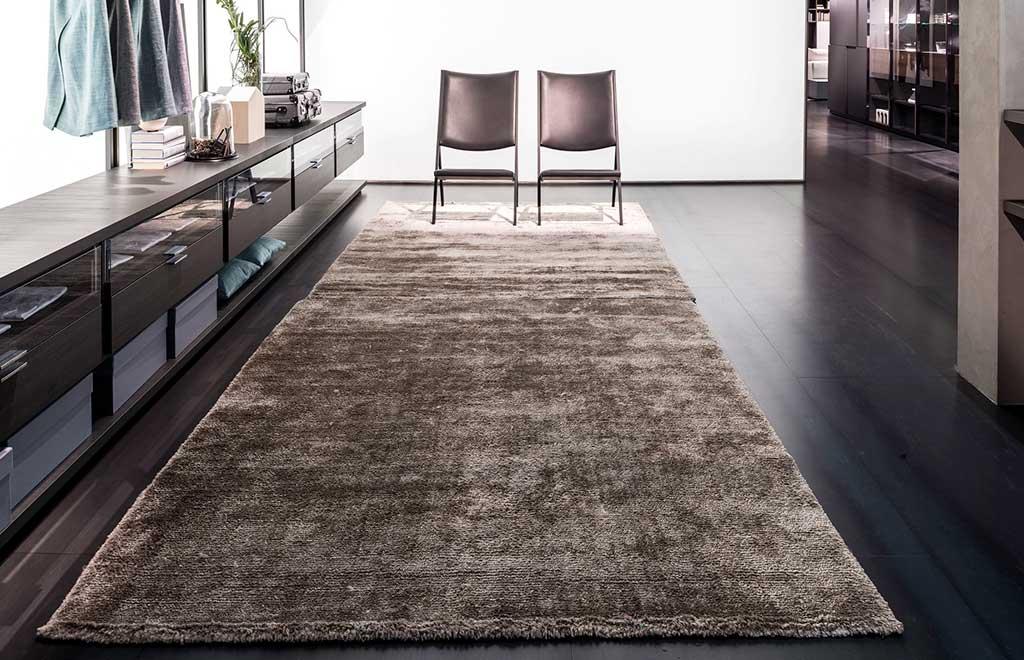 tappeto rettangolare lungo grigio