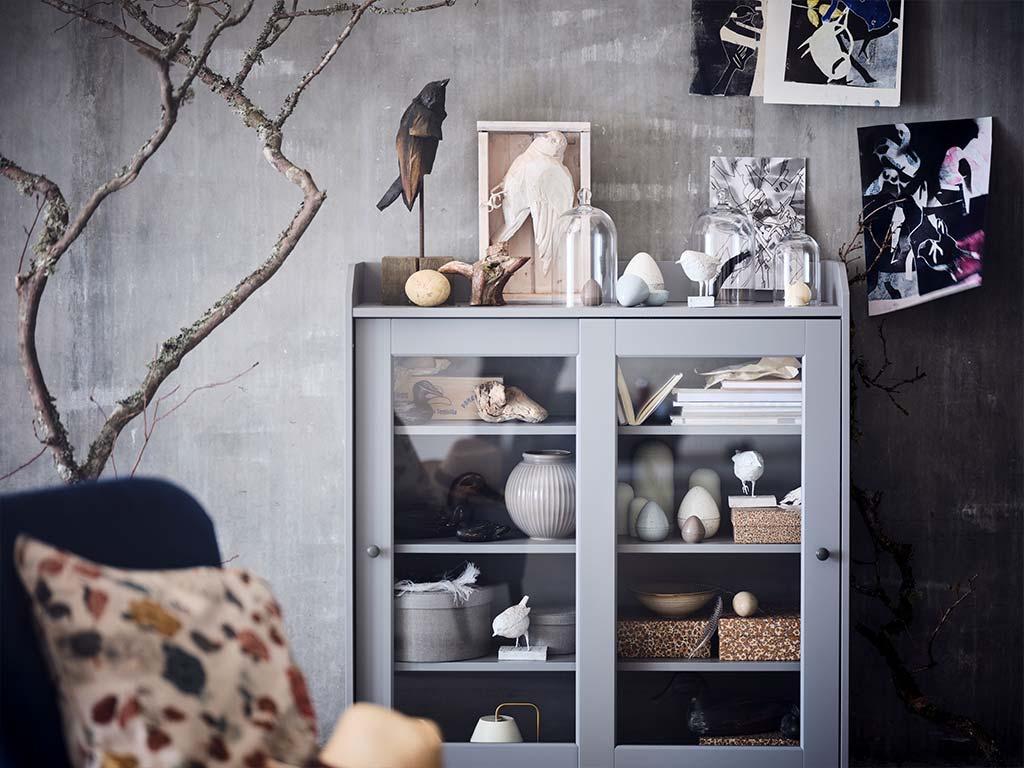 vetrina soggiorno grigia con oggetti