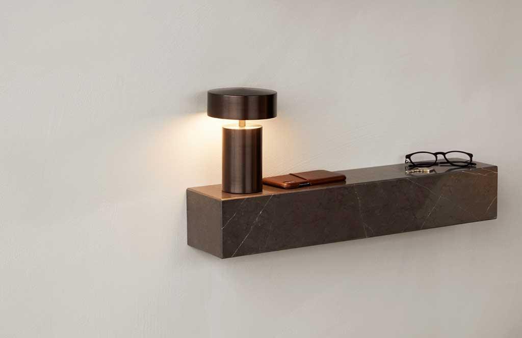 mensola e lampada da tavolo