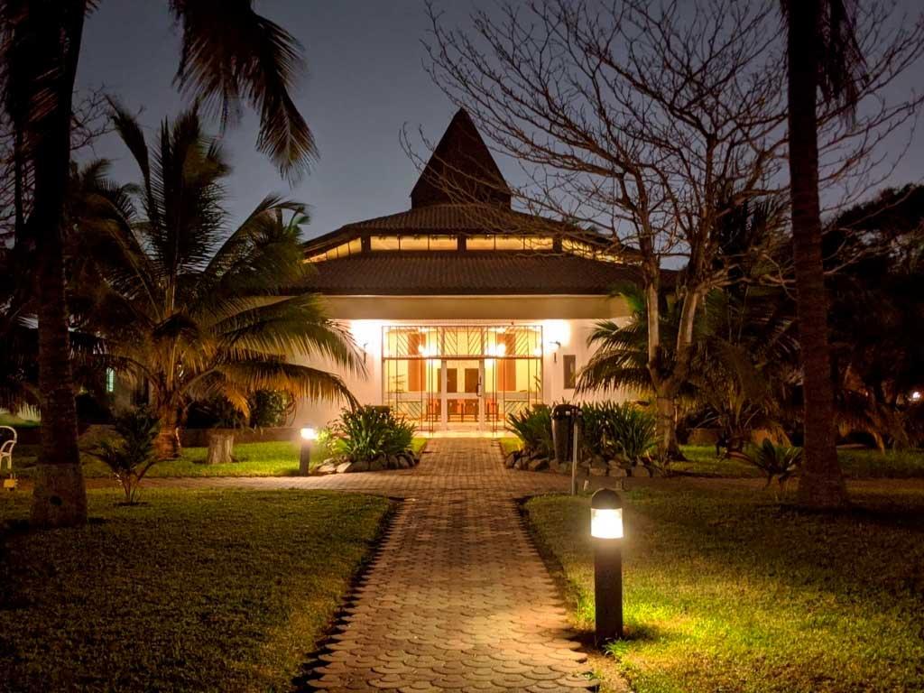 giardino casa illuminato