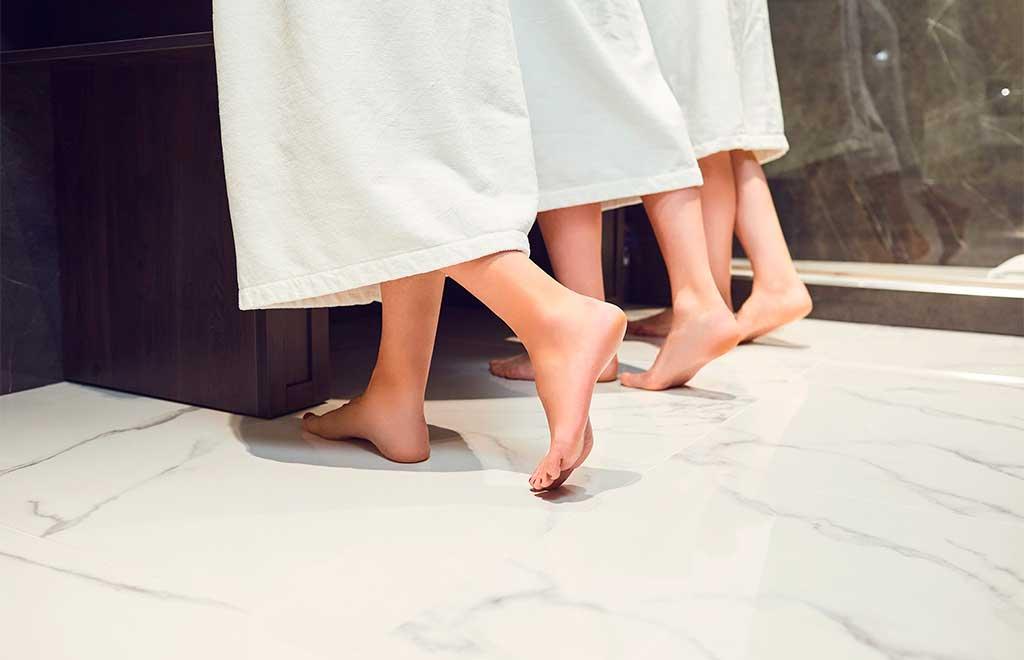 piedi nudi pavimento