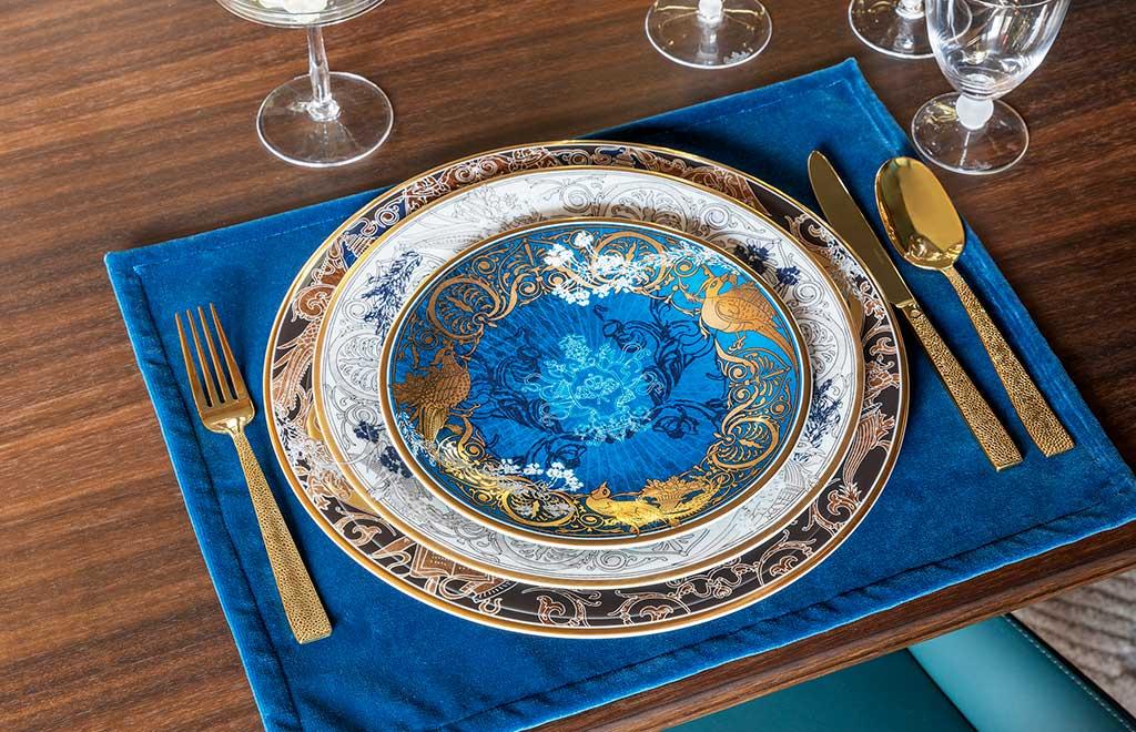 piatto oro blu posate oro