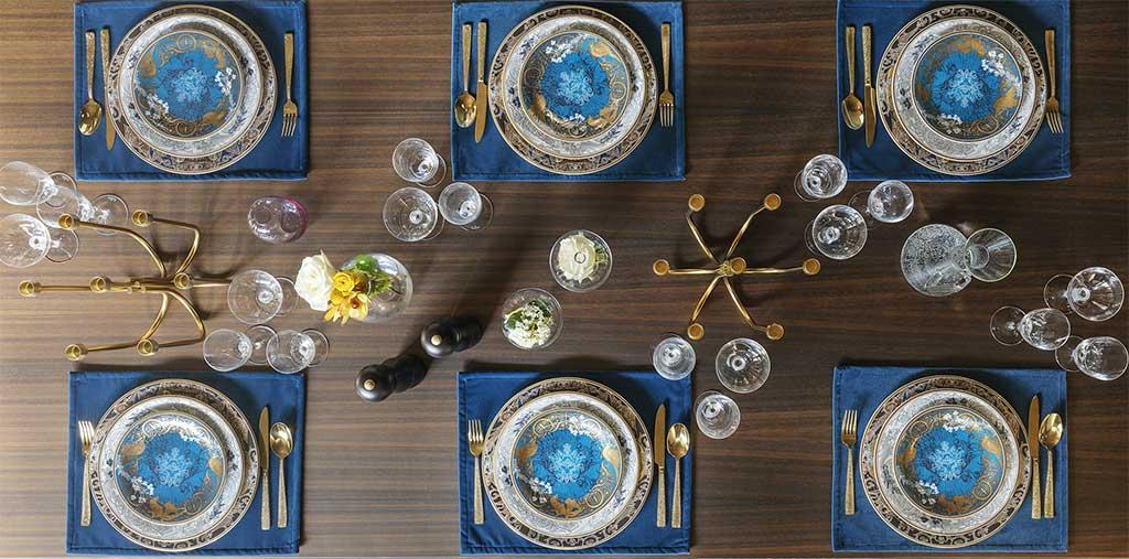 tavola apparecchiata sei posti tovagliette posate oro