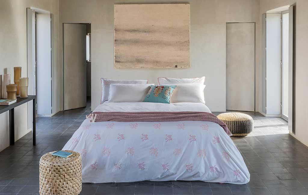 letto bianco e corallo