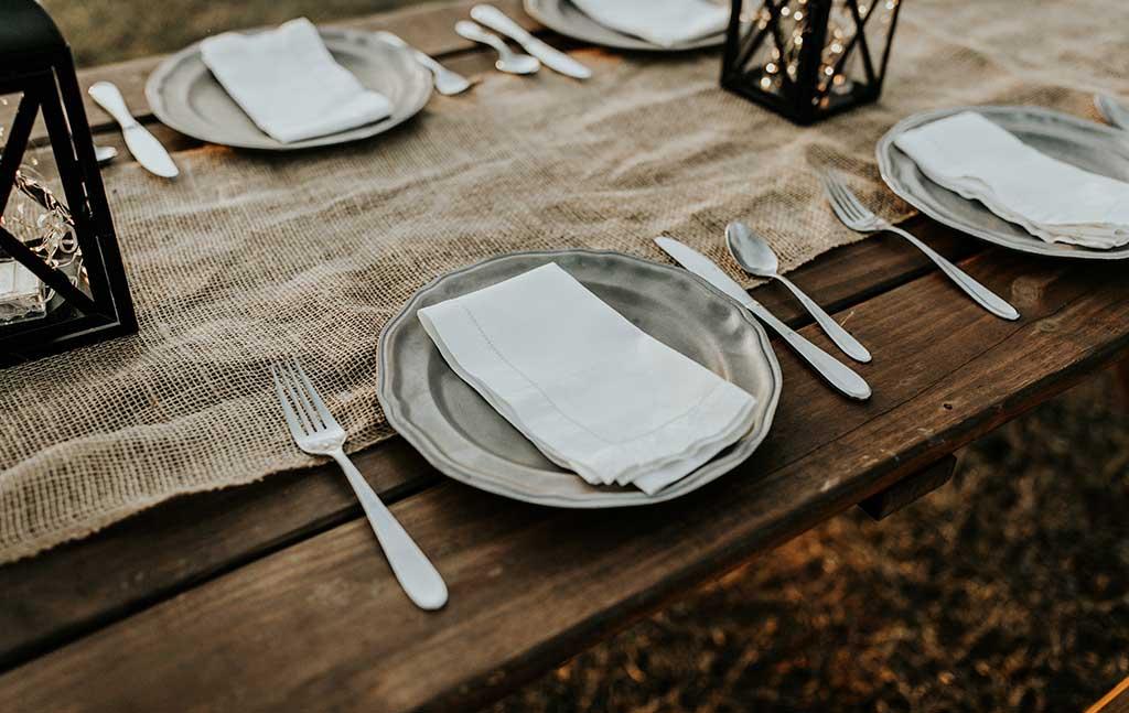 posto a tavola piatto colorato