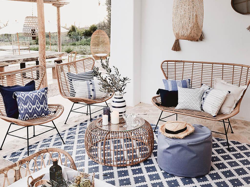 veranda con poltrone e tavolino intrecciati