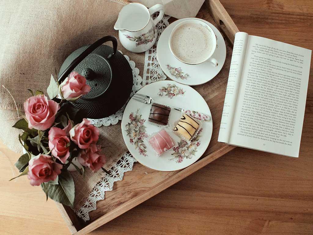 teiera tazza vassoio letto