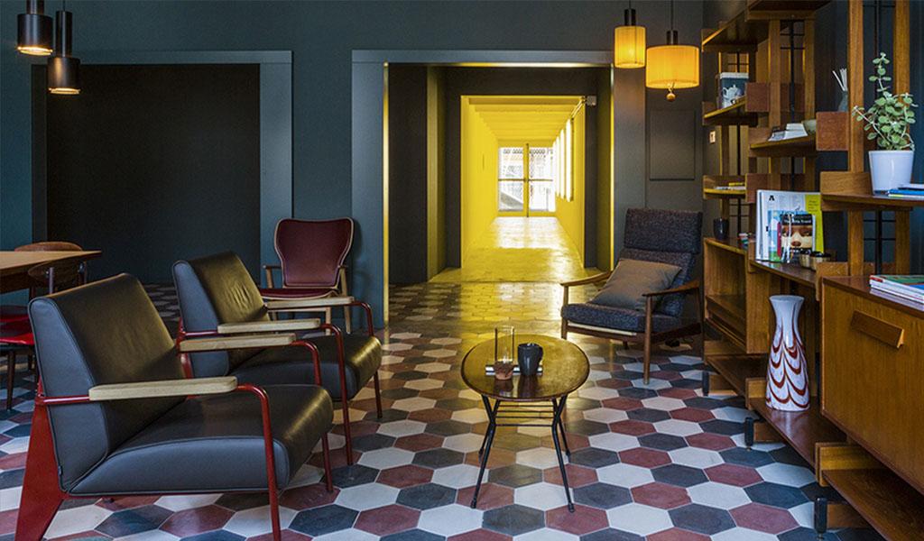 lounge con poltrone in pelle e pavimento in piastrelle