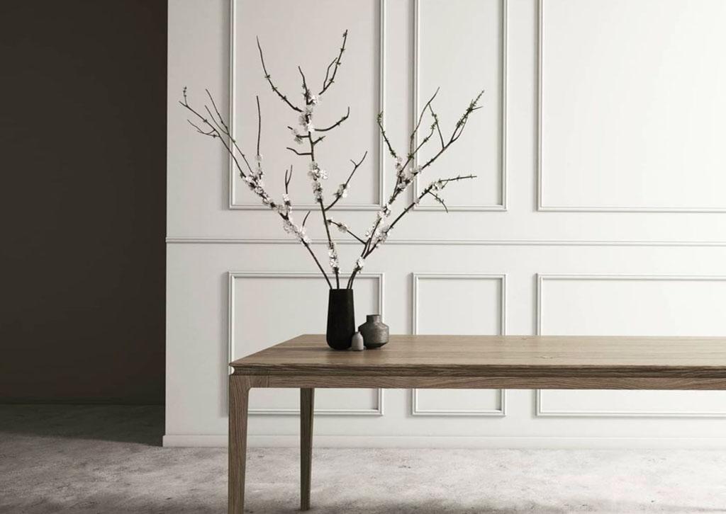 tavolo in legno con rami fioriti
