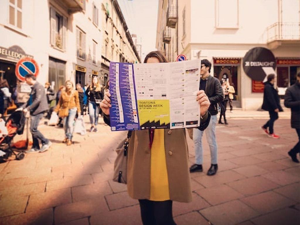 visitatrice con mappa per le strade della Milano Design Week