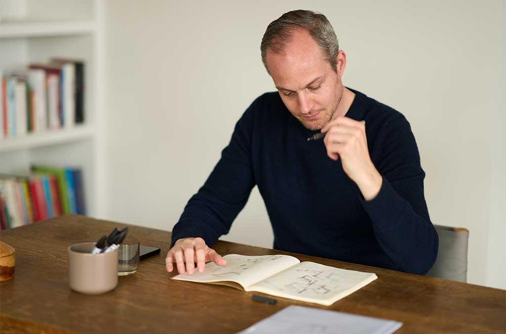 bertrand lejoly disegna alla scrivania