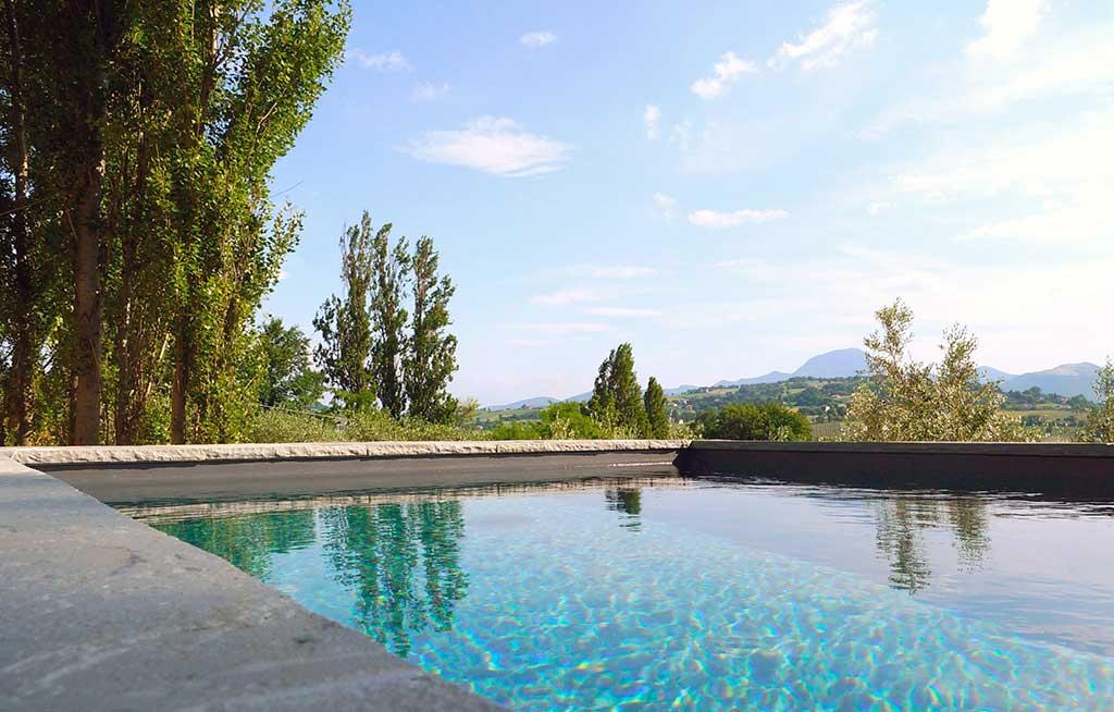 bordo pietra piscina