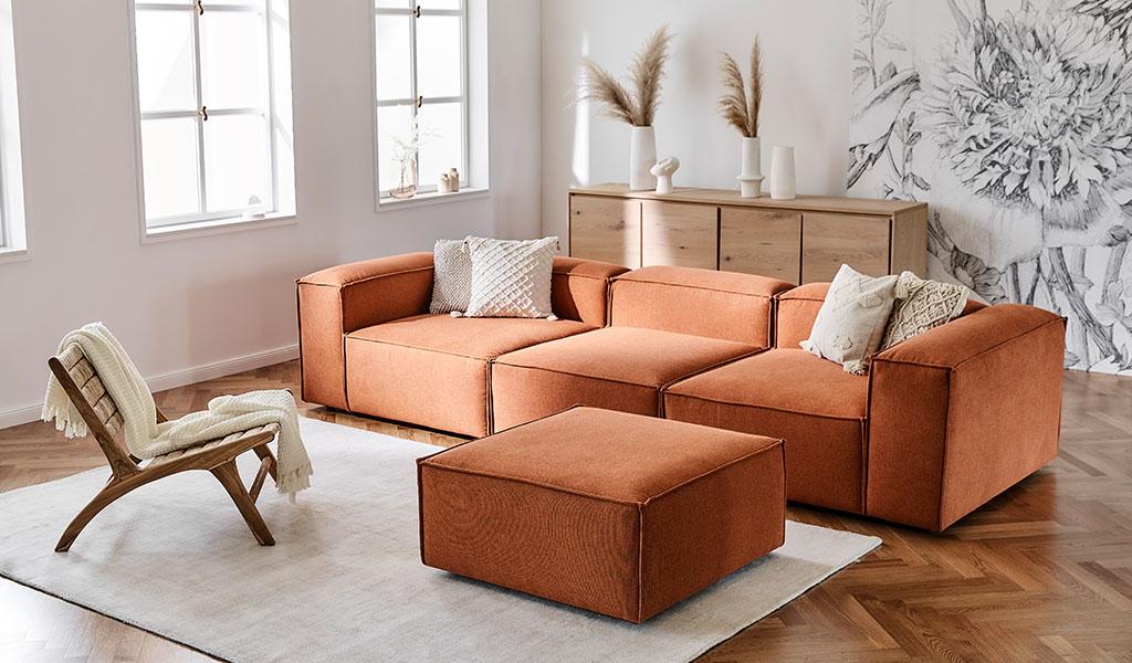 divano componibile soggiorno color terracotta