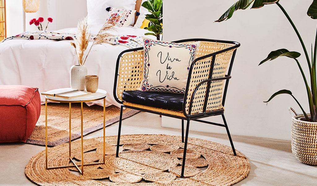 sedia con braccioli in rattan e struttura in metallo