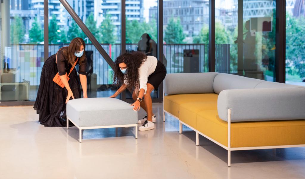 ragazze che compongono divano modulare