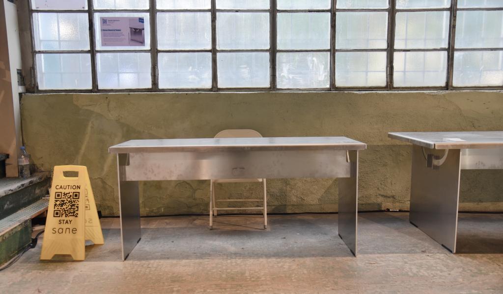tavolo pieghevole in alluminio in mostra fabbrica abbandonata